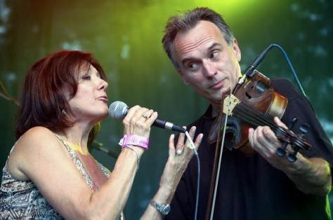 Marie Rottrová vystoupila 13. července na 6. ročníku mezinárodního hudebního festivalu Colours of Ostrava. Vpravo je Vít Sázavský ze skupiny Neřež, která zpěvačku doprovodila.