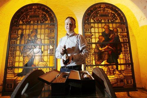 Vrchní sládek pivovaru Carlsberg v Dánsku Jens Eiken ukazuje láhev nejdražšího piva na světě. Každá láhev piva Jacobsen Vintage No.1. 2008 přijde na 270 eur.