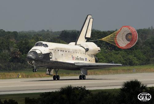 Raketoplán Discovery při přistání.