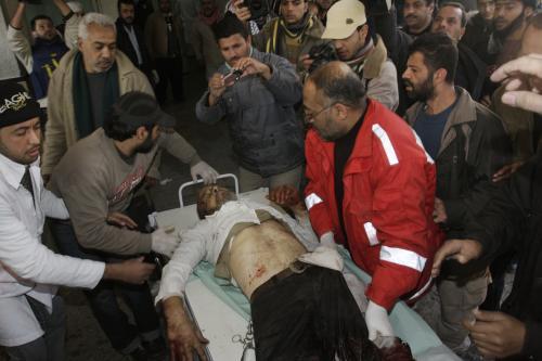 Zdravotníci pomáhají Palestincům zraněným při izraelské ofenzivě v pásmu Gazy.