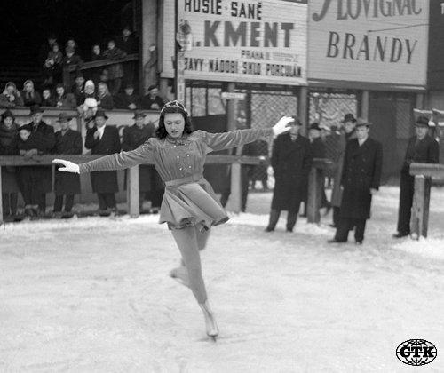 V neděli 12. ledna 1947 bylo na Zimním stadionu v Praze na Štvanici dokončeno mistrovství seniorek v krasobruslení. Ája Vrzáňová při jízdě.