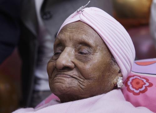 Muzikou, dortem a blahopřejným dopisem od prezidenta Baracka Obamy oslavila v pondělí 115. narozeniny nejstarší žijící osoba na světě, Američanka Gertrude Bainesová.