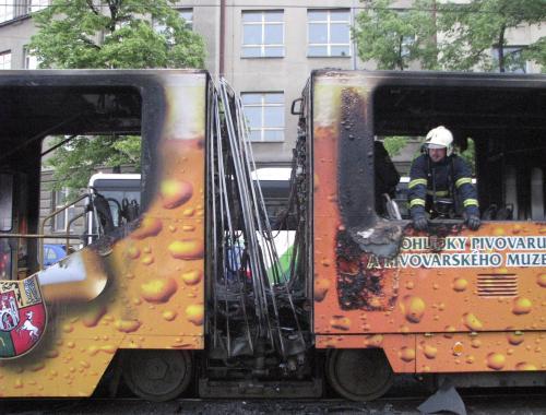 V Plzni začala 11. května ráno hořet tramvaj. Cestujícím se podařilo včas vystoupit, nikdo nebyl zraněn. Oheň způsobil škodu předběžně odhadnutou na 9,9 milionu korun, pravděpodobnou příčinou požáru byla technická závada na elektroinstalaci. Kvůli požáru byly asi na dvě hodiny mimo provoz tramvaje v obou směrech na části linky číslo 4.