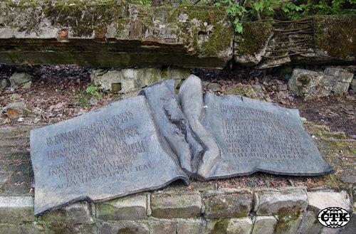 Rozbité cesty obklopené hustými lesy, jezery a močály vedou k jednomu z nejznámějších a nejtajnějších objektů třetí říše, které se dnes nachází na území Polska. Ponurá historie Hitlerova hlavního stanu Vlčí doupě láká desítky tisíc turistů, ale i neonacisty. Na místě, kde 20. července 1944 ve 12:42 vybuchla bomba, která měla zabít Hitlera, je kamenná pamětní deska připomínající, že Claus von Stauffenberg provedl atentát, za což