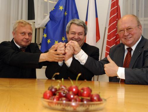 Zleva: Miloslav Ransdorf, předseda KSČM Vojtěch Filip a Vladimír Remek