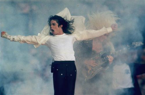Michael Jackson během vystoupení na Super Bowl v Pasadeně v roce 1993.