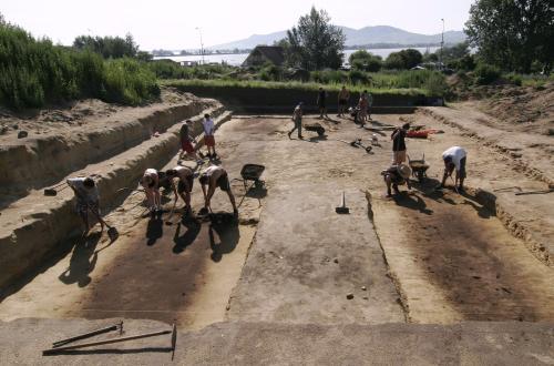 Archeologové v těchto dnech odkrývají v Pasohlávkách na Brněnsku základy někdejšího římského polního lazaretu. Ten byl součástí rozsáhlého opevněného komplexu, který si ve druhém století našeho letopočtu za vlády císaře Marka Aurelia postavila desátá římská legie u Jantarové stezky na kopci Hradisko. Lazaret v Pasohlávkách je největším zařízením svého druhu, které se z tohoto období dochovalo v oblasti na sever od Dunaje.
