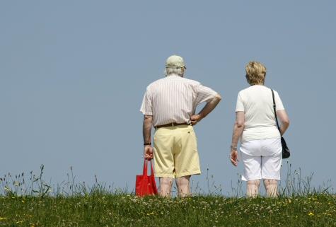 Staří manželé na procházce. Manželství, muž, žena, důchodci, počasí. Ilustrační foto. - ilustrační foto
