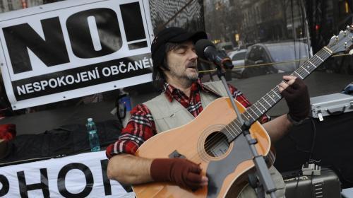 Písničkář Pepa Nos vystoupil 3. prosince na Václavském náměstí v Praze proti takzvanému náhubkovému zákonu. Koncert pořádalo sdružení Nespokojení občané a celá akce má podpořit petici za zrušení zákona. Účastníci zároveň podepisovali výzvu politikům