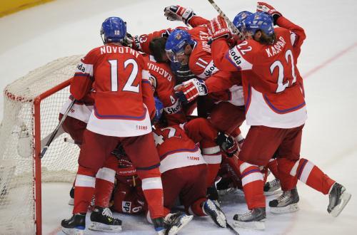 Čeští hokejisté se radují z postupu do semifinále.