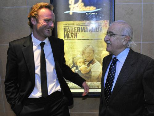 Režisér Juraj Herz (vpravo) a německý herec Mark Waschke na premiéře filmu Habermannův mlýn, která se konala 5. října v Praze.