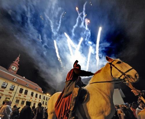 Svatý Martin na bílém koni přijel 11. listopadu do Jihlavy se zbrojnoši a krojovaným doprovodem s pečenými svatomartinskými pochoutkami. Průvod zakončený ohňostrojem si přišlo prohlédnout více než deset tisíc diváků z celé Vysočiny.