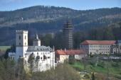 V Rožmberku nad Vltavou nacvičovali 17. dubna 2018 jihočeští hasiči záchranu osob z jeřábového kola, které je umístěné na středověké věži Jakobínka (uprostřed) ve výšce více než 40 metrů nad zemí.