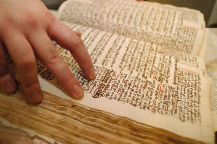 Ilustrační foto - Listování v bibli. Ilustrační foto.