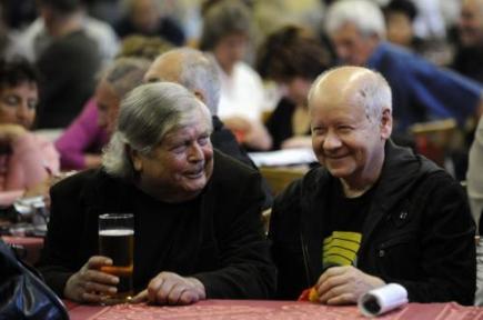 Někdejší Sputnik Pavel Vrba (vlevo) a Radim Hladík v pražské Barikádovně, kde 14. září opět zahrála rokenrolová skupina Sputnici a oslavila tak 50. výročí svého vzniku. Koncert byl spojen se křtem knihy a dvou CD.