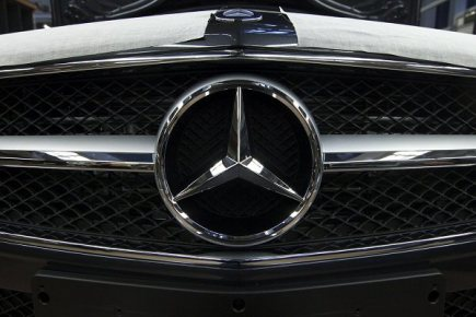 Ilustran foto - Pedn maska vozu Mercedes Benz - ilustran foto.