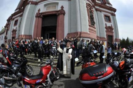 Žehnání motorkářům a jejich strojům se konalo 14. května před bazilikou sv. Vavřince a sv. Zdislavy v Jablonném v Podještědí na Liberecku.