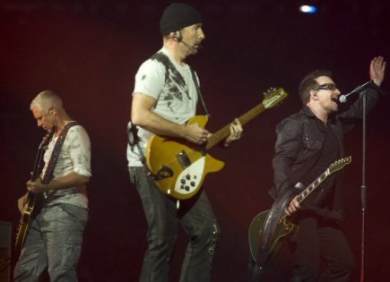 Skupina U2 zprava Bono, The Edge a Adam Clayton.