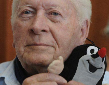 Ve věku 90 let zemřel výtvarník a režisér animovaných filmů Zdeněk Miler (na archivním snímku z 29. července 2011). Je autorem Krtka, populární animované postavy.