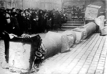 Stržení Mariánského sloupu na Staroměstském náměstí v Praze 3. listopadu 1918.