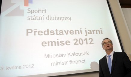 Ministr financ Miroslav Kalousek pedstavil 3. kvtna na tiskov konferenci v Praze jarn emisi spoicch sttnch dluhopis.