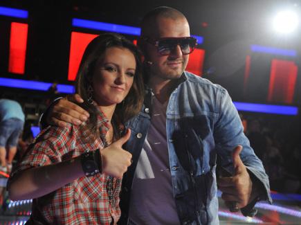 Ilustrační foto - Anna Veselovská postoupila 28. května v Praze do Grandfinále soutěže televizí Nova a Markíza Hlas ČeskoSlovenska. Vpravo je porotce Rytmus.