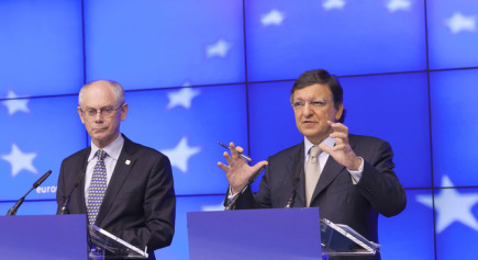Prezident EU Herman Van Rompuy (vlevo) a f Evropsk komise Jos Barroso na summitu EU v Bruselu.