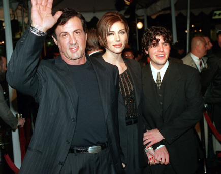 Americk herec Sylvester Stallone (vlevo) se svou ptelkyn Jennifer Flavinovou a synem Sagem.