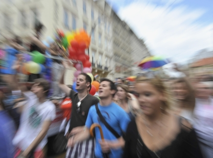 Ilustran foto - Tisce homosexul a jejich ptel se 13. srpna 2011 v centru Prahy zastnily historicky prvnho pochodu homosexul Prague Pride.