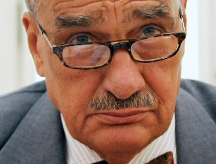 Uchaze o post prezidenta Karel Schwarzenberg (74; kandidt TOP 09 a STAN) - ministr zahrani a pedseda strany TOP 09. Potomek vznamnho lechtickho rodu il od roku 1948 v zahrani. Svou ast v souboji o prezidentsk ad oznmil koncem loskho jna. Jeho kandidaturu podporuje jak matesk TOP 09, tak i strana Starostov a nezvisl (STAN).