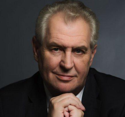 Nastupující prezident Miloš Zeman dnes zveřejnil oficiální portrét. Na fotce od Herberta Slavíka má ruce sepjaté u brady- na snímku výřez.