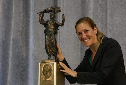 Skifařka Mirka Knapková převzala 11. dubna v Praze na plénu Českého olympijského výboru (ČOV) Cenu Jiřího Gutha-Jarkovského za rok 2012.