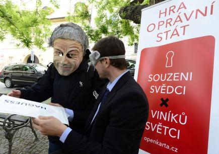 Sdružení Pražské fórum a Vraťte nám stát zahájila 6. května v Praze kampaň ke kauze opencard. Chtějí dosáhnout spravedlivého vyšetření této korupční kauzy.
