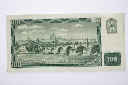Rub papírové stokorunové bankovky 100,- Kčs s hutníkem a rolnicí na rubu a pohledem na Pražský hrad a Karlův most na líci, která byla vydaná v roce 1961 a platila do 7.2.1993.