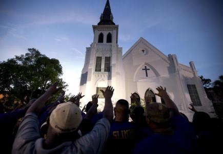Pieta za zastřelení devíti černochů v kostele v americkém Charlestonu.