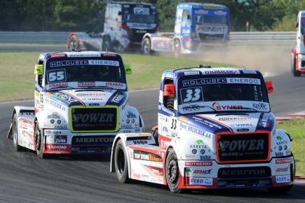 Druhý závod mistrovství Evropy tahačů, 29. srpna v Mostě. Česká dvojice úspěšných jezdců: vpravo vítěz závodu David Vršecký, vlevo Adam Lacko, který skončil na druhém místě.
