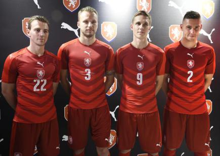 Zleva Vladimír Darida, Michal Kadlec, Bořek Dočkal a Pavel Kadeřábek se 9. listopadu v Praze představili v nových dresech české fotbalové reprezentace.