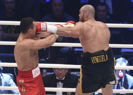Boxerský souboj o titul mistra světa těžké váhy mezi Tysonem Furym (vpravo) a Vladimirem Kličkem.