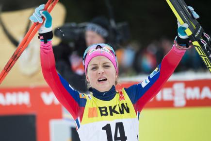 Norská běžkyně na lyžích Therese Johaugová se raduje v Lenzerheide ze svého vítězství.