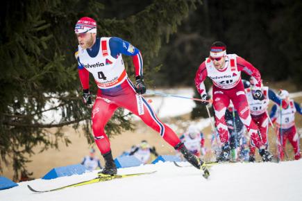 Norský běžec na lyžích Martin Johnsrud Sundby (vlevo) v čele závodu v Lenzerheide.