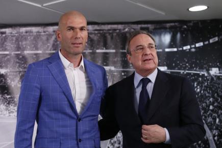 Prezident Realu Madrid Florentino Pérez (vpravo) představuje nového trenéra Zinedina Zidana.