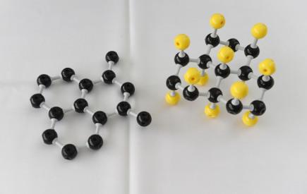 Odborníci z Regionálního centra pokročilých technologií a materiálů Přírodovědecké fakulty Univerzity Palackého v Olomouci budou hledat nové superfunkční materiály odvozené od grafenu, což je supertenká forma uhlíku tvořená jednou vrstvou atomů. Na snímku jsou modely struktury materiálu grafen (vlevo) a fluorografen (vpravo).