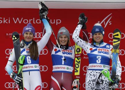 Stupně vítězů po závodu Světového poháru ve slalomu žen v italské Santa Catarině. Zleva druhá Šárka Strachová z ČR, vítězná Norka Nina Lösethová a třetí Slovenka Veronika Velez-Zuzulová.