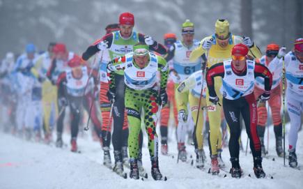 Jizerská padesátka, závod Ski Classics v dálkovém lyžování, se jela 10. ledna v Bedřichově na Jablonecku. Kvůli nedostatku sněhu se jel závod na zkráceném čtyřkilometrovém okruhu, elitní skupina závodníků na 15 kol. V popředí na snímku je domácí závodník Stanislav Řezáč (24).