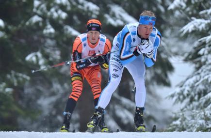 Jizerská padesátka, závod Ski Classics v dálkovém lyžování, se jela 10. ledna v Bedřichově na Jablonecku. Kvůli nedostatku sněhu se jel závod na zkráceném čtyřkilometrovém okruhu, elitní skupina závodníků na 15 kol. Na snímku jsou Morten Eide Pedersen (vpravo) a Petter Eliassen (vlevo) z Norska.