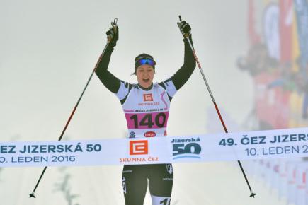 Jizerská padesátka, závod Ski Classics v dálkovém lyžování, se jela 10. ledna v Bedřichově na Jablonecku. Kvůli nedostatku sněhu se jel závod na zkráceném čtyřkilometrovém okruhu, elitní skupina závodníků na 15 kol. Na snímku je vítězná Britta Johanssenová z Norska.