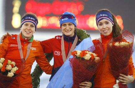 Zleva druhá Nizozemka Ireen Wüstová, vítězná Martina Sáblíková z ČR a bronzová Antoinette de Jong po rychlobruslařském víceboji na ME v Minsku.