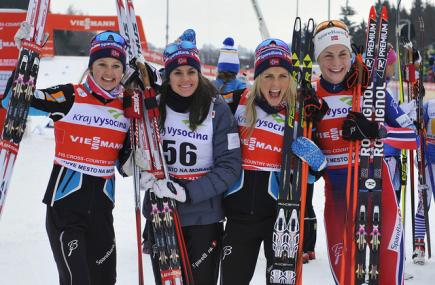 Světový pohár v běhu na lyžích, štafeta žen na 5 km, 24. ledna v Novém Městě na Moravě. Zleva vítězné Norky Ingvild Östbergová, Heidi Wengová, Therese Johaugová a Astrid Jacobsenová.