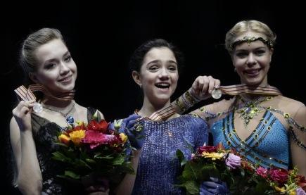 Ruské medailistky z bratislavského ME v krasobruslení - zleva Jelena Radionovová, Jevgenija Medveděvová a Anna Pogorila.