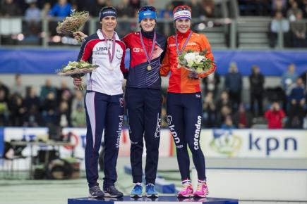 Stupně vítězů po rychlobruslařském závodu SP na 1500 metrů v Stavangeru - zleva Američanka Brittany Boweová, Češka Martina Sáblíková a Nizozemka Marrit Leenstraová.